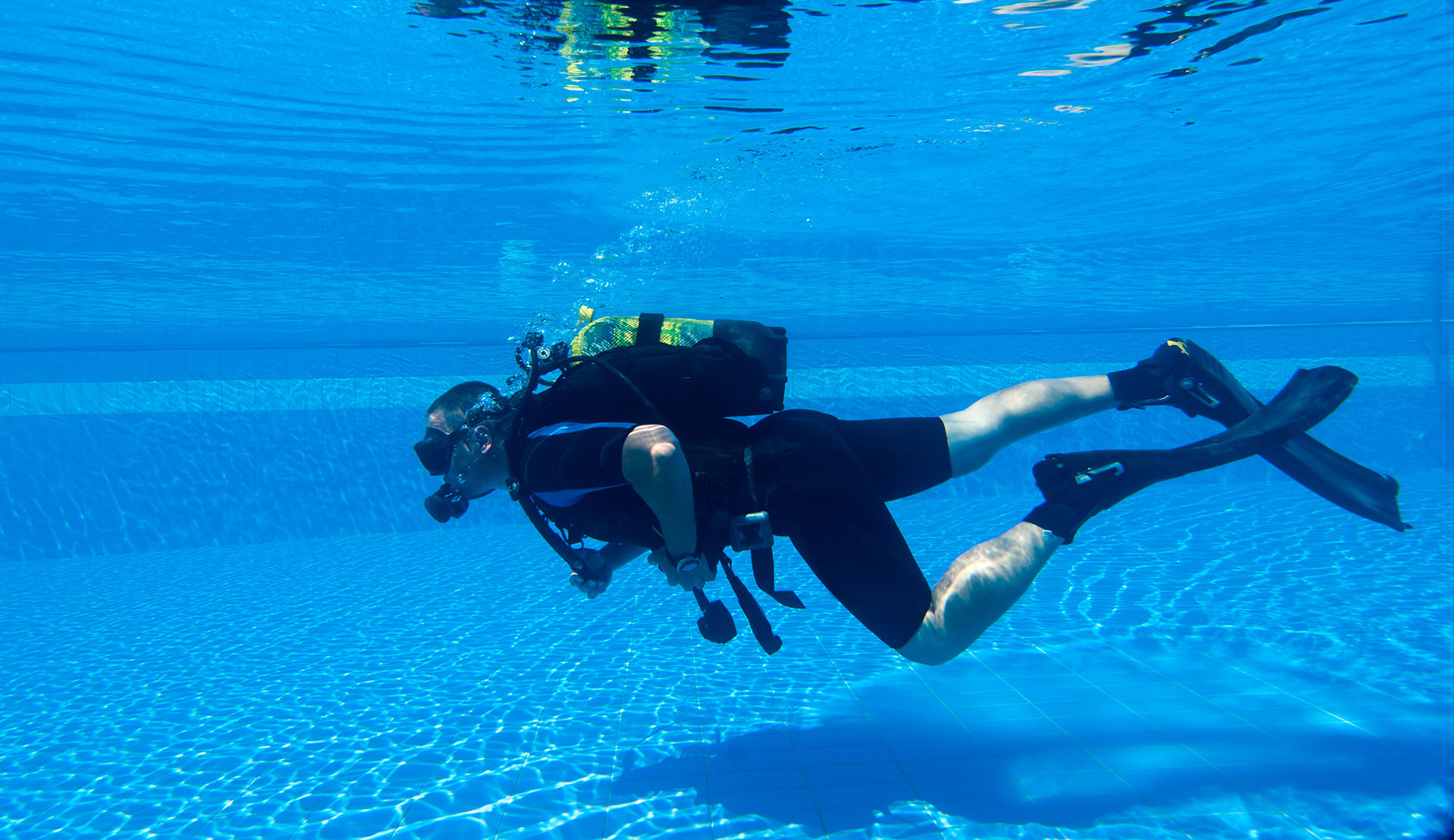 Diving courses demo in swimming pool